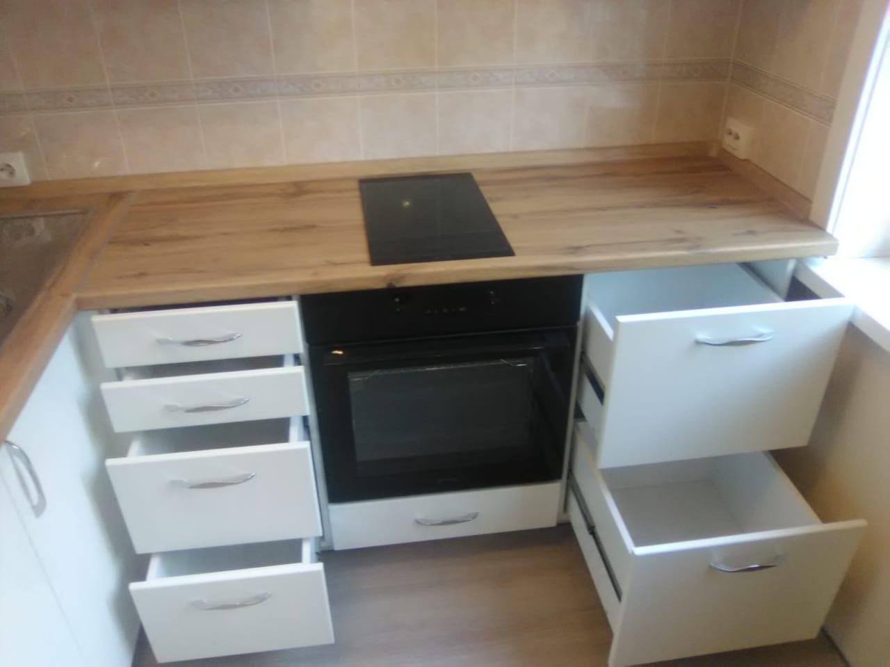 Уютная кухня со встроенной техникой на заказ в Новосибирске