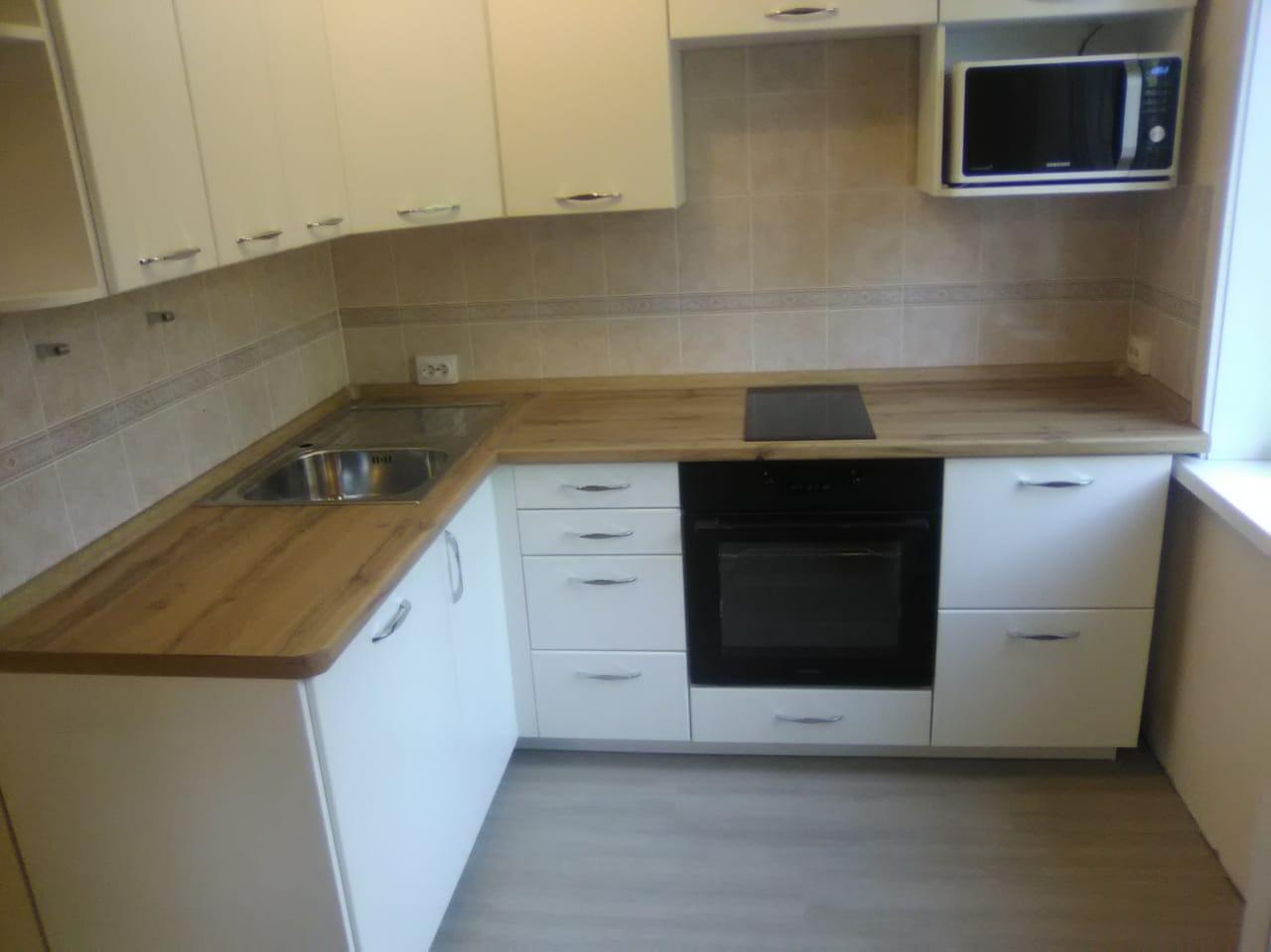 Уютная кухня со встроенной техникой на заказ в Новосибирске5