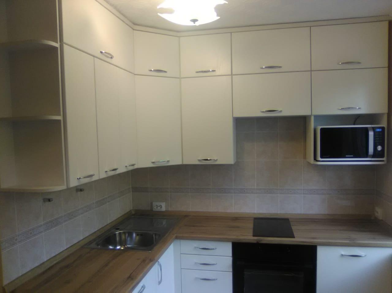 Уютная кухня со встроенной техникой на заказ в Новосибирске7