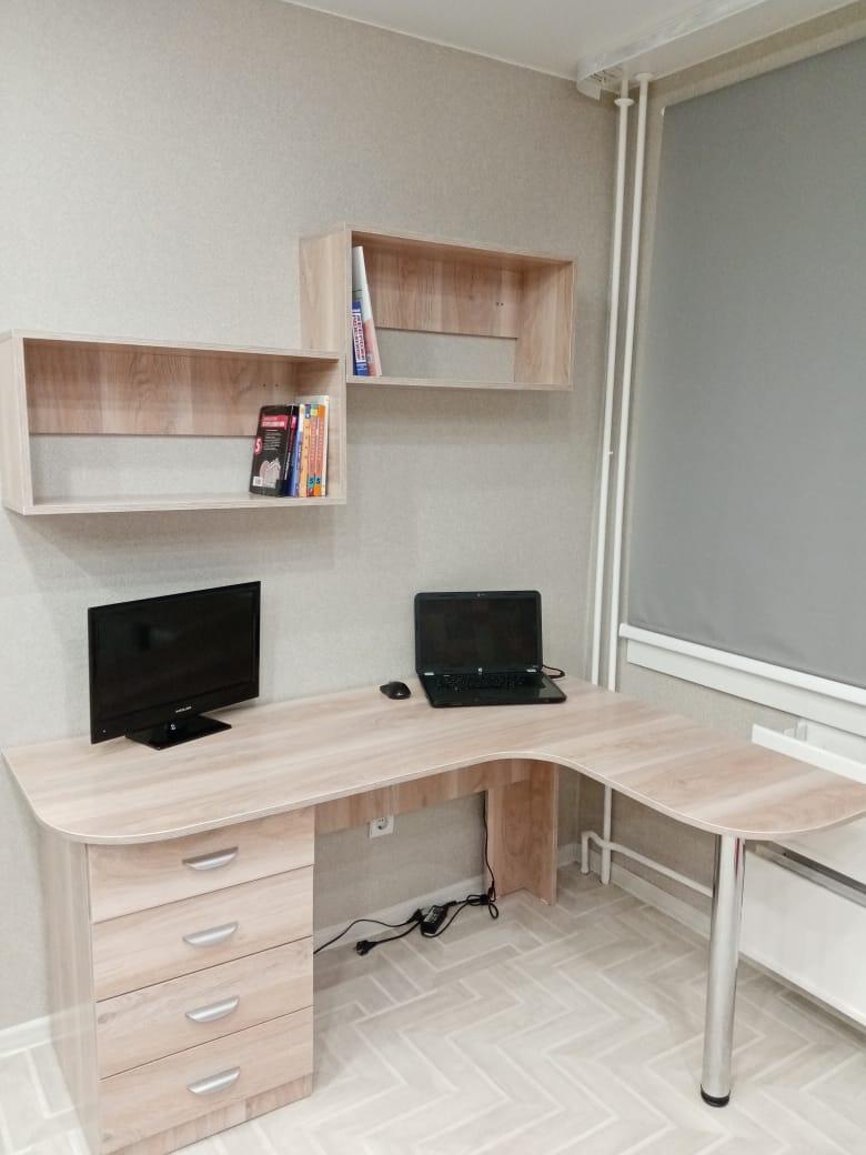 Компьютерный стол с навесными полками на заказ