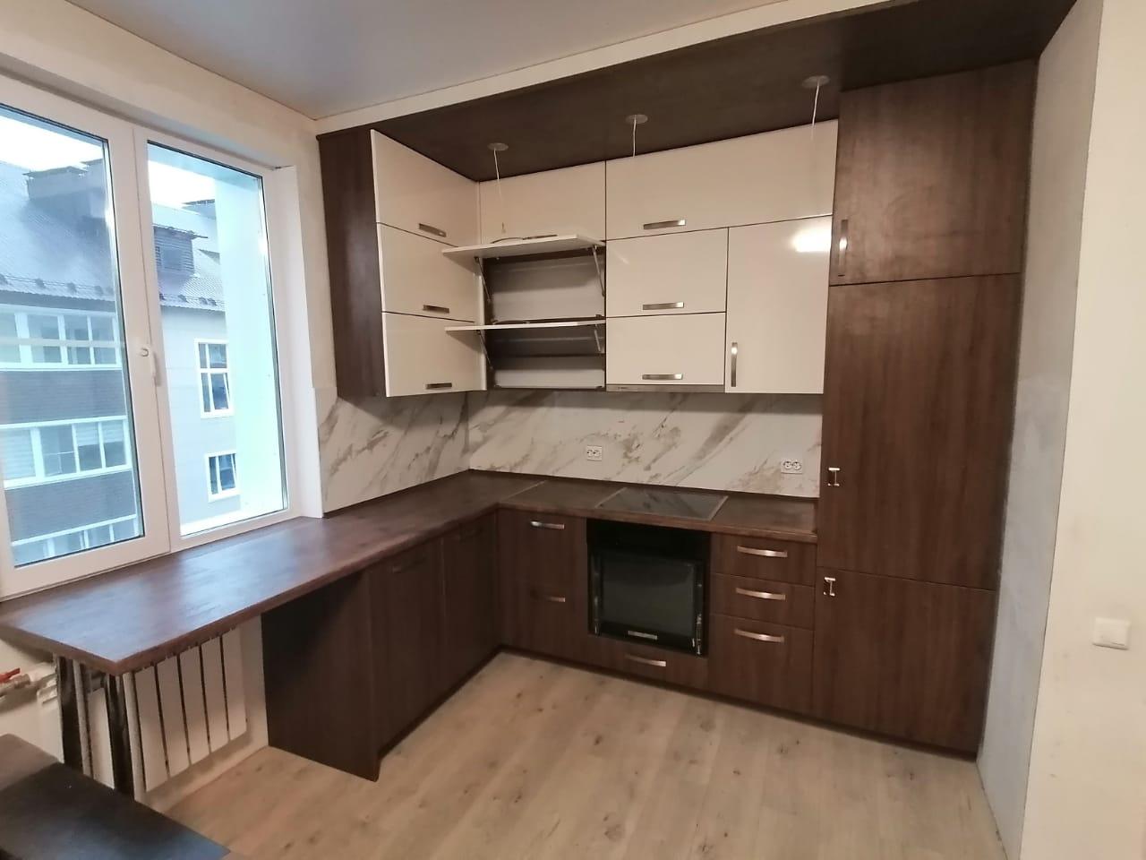 Стильная кухня со встроенной техникой на (под) заказ в Новосибирске
